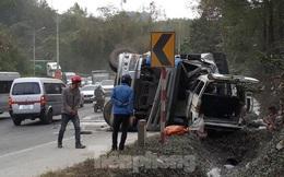 Xe container nổ lốp, đâm xe chở khách, 7 người bị thương nặng