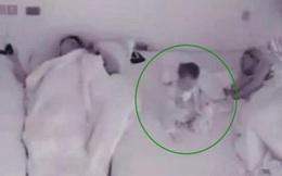 Nửa đêm tỉnh giấc, bé gái 11 tháng tuổi có hành động khiến mẹ vô cùng cảm động
