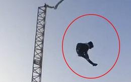 Khoảnh khắc kinh khủng: Chơi trò cảm giác mạnh, cậu bé 13 tuổi rơi từ độ cao 6m xuống đất, bị chấn thương toàn thân