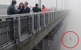 Đi tác nghiệp về ô nhiễm không khí, phóng viên tình cờ chụp được khoảnh khắc cuối cùng của cặp đôi nhảy cầu tự tử gây rùng mình