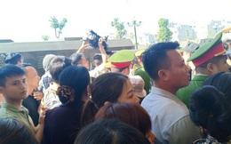 """Vụ """"hỗn chiến"""" ở biển Hải Tiến: Hàng chục người của Nhà hàng Hưng Thịnh 1 kéo tới tòa"""