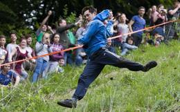 Bất chấp gãy xương hay nhập viện, hàng trăm người vẫn nô nức tham gia lễ hội vồ phô mai điên rồ nhất nước Anh