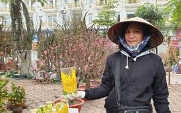Bỏ cửa hàng tạp hóa ế ẩm, tiểu thương tranh thủ lên Thủ đô bán hoa Tết