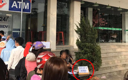 Góc cơ hội: Người đàn ông kê bàn mở dịch vụ 'rút tiền nhanh' ngay cạnh cây ATM đang có hàng chục người chen chúc ngày giáp Tết