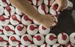 Quan tham Trung Quốc đem hàng trăm chai rượu Mao Đài cực phẩm đổ xuống cống