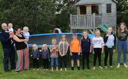 Gia đình 11 con tiết lộ cuộc sống thường ngày: Giờ ăn là giờ áp lực cao, hiếm khi ra ngoài chơi vì mất... 3 giờ chuẩn bị