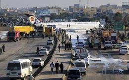 Máy bay Iran trượt đường băng, lao lên đường