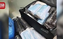 Du lịch Nepal, nữ y tá Trung Quốc bỏ lại hành lí, ôm 5.800 khẩu trang về nước