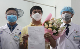 Ảnh: Bệnh nhân nhiễm virus Corona vui mừng khi được xuất viện, cảm ơn các bác sĩ Việt Nam đã tận tình cứu chữa