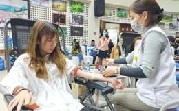 Bệnh viện thiếu máu, bạn trẻ không ngại dịch corona hiến máu tình nguyện