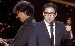 """Khoảnh khắc lịch sử của điện ảnh Hàn Quốc: Đạo diễn Kí Sinh Trùng """"âu yếm"""" nhìn tượng vàng Oscar như con cưng!"""