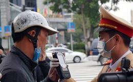CSGT Hà Nội sát trùng máy đo nồng độ cồn, đeo khẩu trang khi xử lý vi phạm