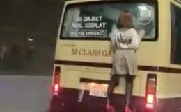 Đang đi trên đường, người đàn ông bất ngờ bắt gặp người phụ nữ bám phía sau xe buýt liền gọi cảnh sát trước khi nhận ra sự thật ngỡ ngàng