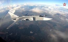 Cận cảnh Su-30SM và máy bay ném bom Su-24M tiếp nhiên liệu trên không
