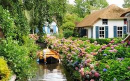 """Thị trấn """"cổ tích"""" Giethoorn ở Hà Lan: Hơn 7 thế kỷ không có đường bộ, đi thăm nhau không ngồi ô tô mà phải chèo thuyền"""