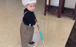 Hình ảnh bé trai 2 tuổi chăm chỉ làm việc nhà đốn tim cư dân mạng, đặc biệt hơn là thái độ trong lúc làm việc