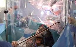 Sợ không còn cơ hội tiếp tục đam mê, nữ nghệ sĩ cố gắng chơi đàn violin ngay trong lúc phẫu thuật bỏ khối u não