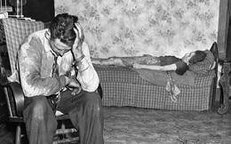 Bức ảnh chụp khoảnh khắc người chồng ngồi bất lực trước thi thể của vợ nằm trên ghế nhưng chuyện gì xảy ra trước đó lại mãi là bí ẩn