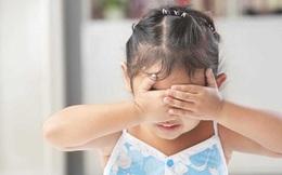 Bị con gái 4 tuổi bắt gặp cảnh bố mẹ đang mặn nồng, người cha phản ứng thông minh giúp con hết tò mò thắc mắc