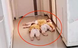 """Nhìn cặp sinh ba rình mẹ trước cửa nhà tắm, không ít người đã phải thốt lên: """"Sao mà giống cảnh nhà mình""""!"""