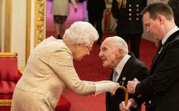 Giữa lúc dịch bệnh Covid-19 lan rộng, lần đầu tiên trong vòng 60 năm, Nữ hoàng Anh đeo găng tay trong buổi lễ trao tặng huân chương