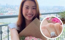 Á hậu Thúy Vân khoe nhẫn kim cương khủng ở ngón áp út: Đặng Thu Thảo và dàn sao liên tục chúc mừng, netizen rần rần hối cưới