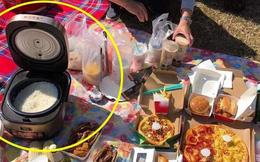 Bức ảnh cả nhà đi picnic vẫn mang theo… nồi cơm điện to tổ chảng gây choáng váng: Ăn gì thì cũng phải ăn cơm mới no!