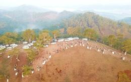 Choáng ngợp với ngọn đồi hot nhất tại Đà Lạt hiện tại bởi hàng chục cặp cô dâu, chú rể kéo đến chen nhau từng mét vuông đất chỉ để chụp ảnh