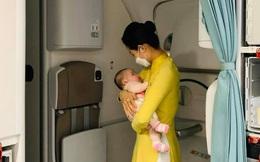 """Câu chuyện xúc động phía sau hình ảnh nữ tiếp viên hàng không dỗ dành cháu bé trên chuyến bay từ Pháp về Việt Nam """"tránh dịch"""""""