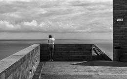 Những thước phim đen trắng khắc họa nỗi cô độc của con người trong xã hội hiện đại
