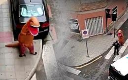 Lợi dụng lệnh phong tỏa không áp dụng với thú cưng, chàng trai mặc đồ khủng long ra đường nhưng lập tức bị cảnh sát phát giác và truy đuổi