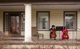 """Thấy bà cụ hàng xóm đã 5 ngày không ra khỏi nhà, hai đứa trẻ đã làm một việc khiến cộng đồng mạng """"thả tim"""" không ngừng"""