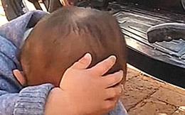 Con trai ở nhà bà ngoại về, mẹ phát hiện bé cứ khư khư giơ 1 tay che đầu, biết nguyên do cô lăn ra cười ngặt nghẽo