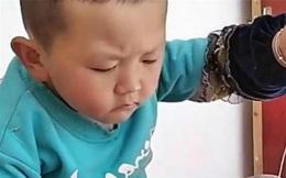Cậu bé gây chú ý bởi hành động ngồi khâu chiếc tất bị rách, biểu cảm đáng yêu khiến ai cũng thả tim rầm rầm