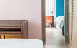 """Từ nhàm chán nhạt nhẽo, căn hộ 46m² đã được """"lột xác"""" với tường và đồ nội thất có màu rực rỡ"""