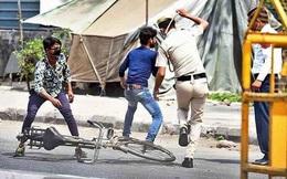Ngày đầu tiên bị phong tỏa của đất nước 1,3 tỉ dân: Cảnh sát Ấn Độ truy lùng người chống lệnh, quất roi, bắt chống đẩy giữa phố