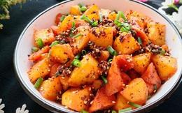 Khoai tây chiên lắc xúc xích – món vặt ngon mà ăn cơm cũng tuyệt