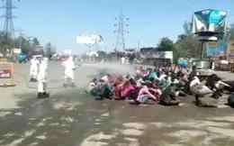 Chuyện phong tỏa ở đất nước 1,3 tỉ dân: Hàng nghìn người Ấn Độ về quê bị 'tắm' trong thuốc khử trùng ngay giữa đường