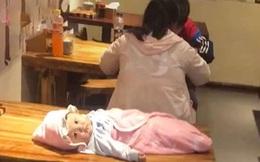 """Ngán ngẩm nhìn hình ảnh cặp cha mẹ trẻ mải mê ăn uống, """"bỏ lại tất cả sau lưng"""" bao gồm cả con mình"""