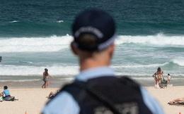Bị yêu cầu rời khỏi bãi biển đang đóng cửa vì đại dịch Covid-19, người đàn ông Úc tấn công và nhổ nước bọt lên người cảnh sát