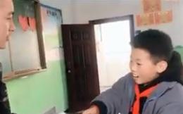 Quên không làm bài tập về nhà, cậu bé tỉnh bơ nộp giấy trắng cho thầy giáo nhưng khéo chống chế đến mức ai cũng phục sát đất