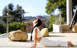 Sống tích cực mùa dịch:  Hồng Nhung tập yoga tại nhà ở Mỹ, khoe vòng eo con kiến