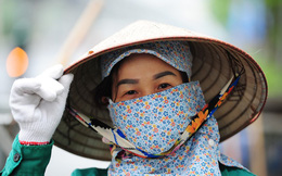 Theo chân công nhân môi trường làm sạch đường phố trong mùa dịch