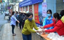 Phường Phúc Xá, Hà Nội: Những suất ăn miễn phí hỗ trợ người dân lao động gặp khó khăn