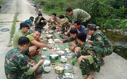 Lính quân hàm xanh trải lá chuối dọn bữa ăn bên suối để chống dịch COVID - 19