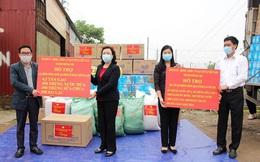Lãnh đạo Thành ủy Hà Nội kiểm tra tình hình phong tỏa thôn Hạ Lôi, tặng quà 450 hộ dân