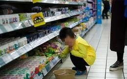 Con trai bóp nát 18 gói mì trong siêu thị, khi bị yêu cầu bồi thường thì người mẹ lại đưa ra lý do không ai chấp nhận được