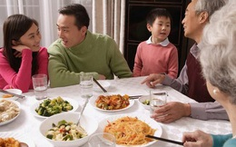"""Bà nói đùa """"Đến nhà bà mà cháu ăn nhiều thế không ngại à?"""", câu trả lời thông minh của đứa trẻ khiến bà không nói được gì hơn"""