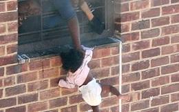 Bức ảnh đứa trẻ 7 tháng tuổi bị thả lủng lẳng ngoài cửa sổ được chia sẻ rầm rộ nhưng không phải ai cũng biết hoàn cảnh nó ra đời