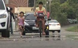 Mẹ đạp xe để bé gái 6 tuổi chạy bộ theo sau tới trường, nhiều người chỉ trích nhưng sự thật đằng sau mới bất ngờ